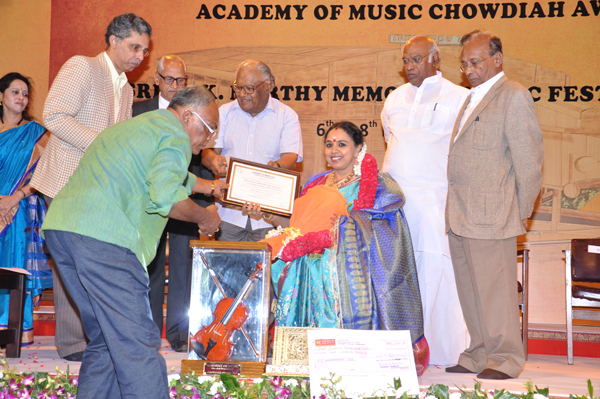 'The Academy of Music Chowdiah Award' was presented to Sudha Ragunathan by Bharat Ratna Shri CNR Rao at the Chowdiah Memorial Hall, Bangalore