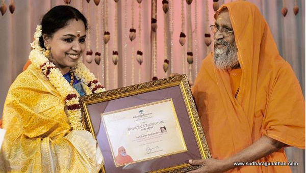 Pujyasri Swami Dayananda Saraswati of Arsha Vidya Gurukulam presenting Arsha Kala Bhushanam award to Sudha Ragunathan at a function organised by Arsha Kalarangam, the cultural wing of the Gurukulam, in Coimbatore